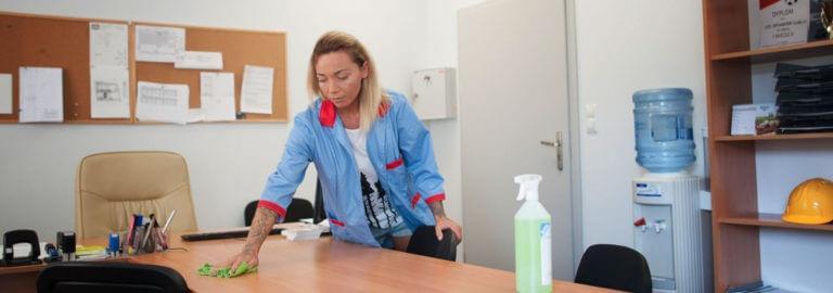 czyszczenie biurka środkami